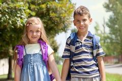 Il fratello e la sorella vanno a scuola insieme Fotografia Stock