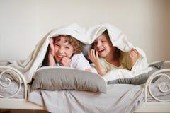 Camera da letto con una base fatta dei mattoni immagini - Fratello e sorella a letto insieme ...