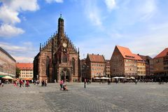 Il Frauenkirche (chiesa delle signore) in Hauptmarkt, Norimberga, Baviera, Germania fotografie stock