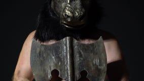 Il freak maschio peloso nella maschera del minotauro sta con un'azza in sue mani archivi video