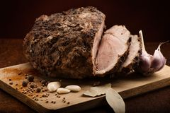Il freddo affettato ha bollito la carne di maiale con aglio, le foglie della baia e le spezie Immagine Stock Libera da Diritti
