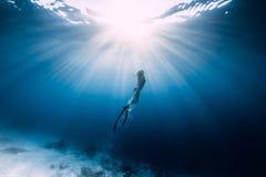 Il freediver della donna scivola sopra il mare sabbioso fotografia stock libera da diritti