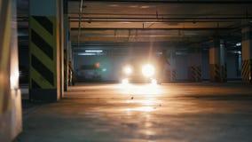 Il freerunner dell'uomo che fa il lato lancia nel garage, elementi acrobatici del parkour stock footage
