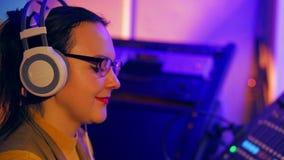 Il fronte del DJ femminile negli schoolers e nei vetri durante il lavoro video d archivio