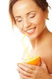 Il fronte della bella donna con l'arancia succosa immagine stock libera da diritti