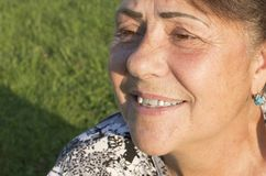 Il fronte della donna anziana è fotografato da una fine su. Fotografia Stock