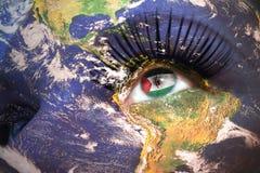 Il fronte della donna con struttura del pianeta Terra e bandiera araba della repubblica democratica di Sahrawi dentro l'occhio Fotografia Stock