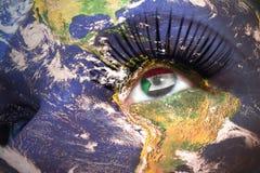 Il fronte della donna con struttura del pianeta Terra e bandiera del sudanese dentro l'occhio Fotografia Stock