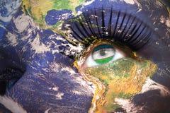 Il fronte della donna con struttura del pianeta Terra e bandiera dell'Uzbekistan dentro l'occhio Fotografia Stock Libera da Diritti