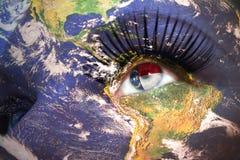 Il fronte della donna con struttura del pianeta Terra e bandiera dello stato di North Carolina dentro l'occhio Immagini Stock