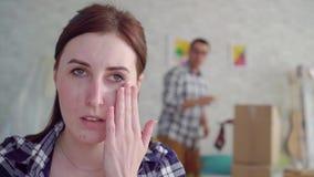 Il fronte della donna infelice durante il divorzio, nei precedenti della scatola commovente stock footage