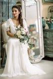 Il fronte di corpo bianco di signora del fascino di moda del tempo dell'estate dell'ombra di lustro del vestito da colore di bell Fotografie Stock Libere da Diritti
