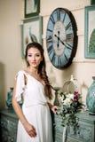 Il fronte di corpo bianco di signora del fascino di moda del tempo dell'estate dell'ombra di lustro del vestito da colore di bell Fotografia Stock