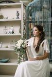 Il fronte di corpo bianco di signora del fascino di moda del tempo dell'estate dell'ombra di lustro del vestito da colore di bell Immagine Stock