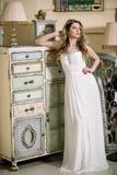 Il fronte di corpo bianco di signora del fascino di moda del tempo dell'estate dell'ombra di lustro del vestito da colore di bell Immagini Stock Libere da Diritti