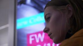 Il fronte di giovane modello nel profilo su un cartellone pubblicitario al neon infiammante archivi video