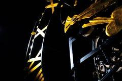 Il fronte di orologio con il meccanismo aperto con le vanghe dorate modella la lancetta delle ore ed i numeri romani fotografia stock libera da diritti