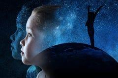 Il fronte di una ragazza sta esaminando il cielo illustrazione di stock