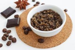 Il fronte e l'ente casalinghi dell'olio d'oliva e del caffè macinato dello zucchero, sfregano Cosmetici di Diy fotografia stock