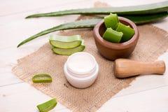 Il fronte e l'ente crema cosmetici della pelle di vera dell'aloe si preoccupano il moistur di igiene Fotografia Stock