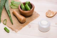 Il fronte e l'ente crema cosmetici della pelle di vera dell'aloe si preoccupano il moistur di igiene Fotografie Stock