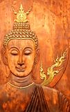 Il fronte e la testa di Buddha hanno intagliato sul teck Fotografie Stock Libere da Diritti