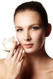 Il fronte grazioso di bella giovane donna con è aumentato sulle mani - bianco Fotografia Stock Libera da Diritti