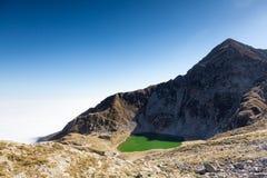 Il fronte Nord-est di Mont Mucrone ed il lago Mucrone in un sole Fotografia Stock