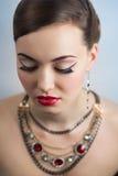 Il fronte perfetto del retro di stile ritratto della donna compone le labbra rosse Fotografia Stock Libera da Diritti