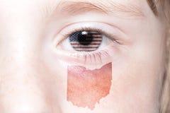 Il fronte umano del ` s con la bandiera nazionale degli Stati Uniti d'America e l'Ohio indicano la mappa Fotografie Stock
