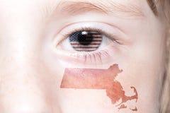 Il fronte umano del ` s con la bandiera nazionale degli Stati Uniti d'America e Massachusetts indicano la mappa Immagine Stock