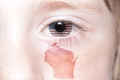 Il fronte umano del ` s con la bandiera nazionale degli Stati Uniti d'America e Wisconsin indicano la mappa Fotografia Stock