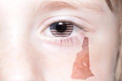Il fronte umano del ` s con la bandiera nazionale degli Stati Uniti d'America ed il New Hampshire indicano la mappa Fotografia Stock