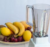 Il frullato della frutta mostra Liquidiser succoso e la miscelazione Fotografie Stock Libere da Diritti