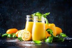 Il frullato o il succo utile e sano dai pomodori gialli ed è immagine stock libera da diritti