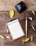 Il Fta pone il bordo di clip con carta allineata, la immersione a penna ed inchiostro su vecchio legno Immagine Stock Libera da Diritti
