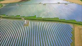 Il fuco aereo affascinante ha sparato della centrale elettrica rinnovabile del campo della batteria a energia solare verde urbana stock footage