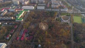 Il fuco aereo di Minsk ha sparato l'autunno della ricreazione dell'attrazione della ruota di ferris di vista del parco di diverti video d archivio