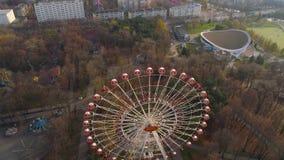 Il fuco aereo di Minsk ha sparato l'autunno della ricreazione dell'attrazione della ruota di ferris di vista del parco di diverti archivi video