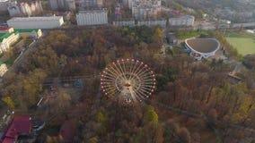Il fuco aereo di Minsk ha sparato l'autunno della ricreazione dell'attrazione della ruota di ferris di vista del parco di diverti stock footage