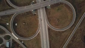 Il fuco aereo ha sparato sopra scambio della strada, simmetrico, i ponti ed i veicoli commoventi video d archivio