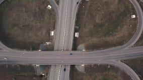 Il fuco aereo ha sparato sopra scambio della strada, simmetrico, i ponti ed i veicoli commoventi stock footage
