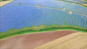 Il fuco aereo impressionante ha sparato della centrale elettrica rinnovabile del campo della batteria a energia solare verde urba archivi video
