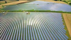 Il fuco aereo splendido ha sparato della centrale elettrica rinnovabile del campo della batteria a energia solare verde urbana mo stock footage
