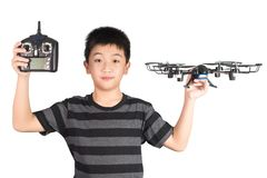 Il fuco asiatico della tenuta del ragazzo ed il microtelefono di controllo telecomandato radiofonico per l'elicottero, il fuco o  fotografia stock