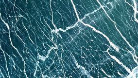 Il fuco aumenta sopra il ghiaccio di cristallo congelato del lago Baikal Vista superiore Sfondo naturale e modelli archivi video