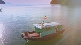 Il fuco gira vicino alla barca con la ragazza d'abbronzatura contro l'oceano archivi video