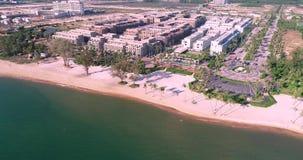 Il fuco ha sparato la vista aerea delle giovani donne che oscillano alla spiaggia sabbiosa tropicale stock footage
