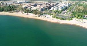 Il fuco ha sparato la vista aerea delle giovani donne che oscillano alla spiaggia sabbiosa tropicale video d archivio