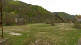 il fuco 4k ha sparato il passaggio nell'ambito della costruzione industriale abbandonata archivi video